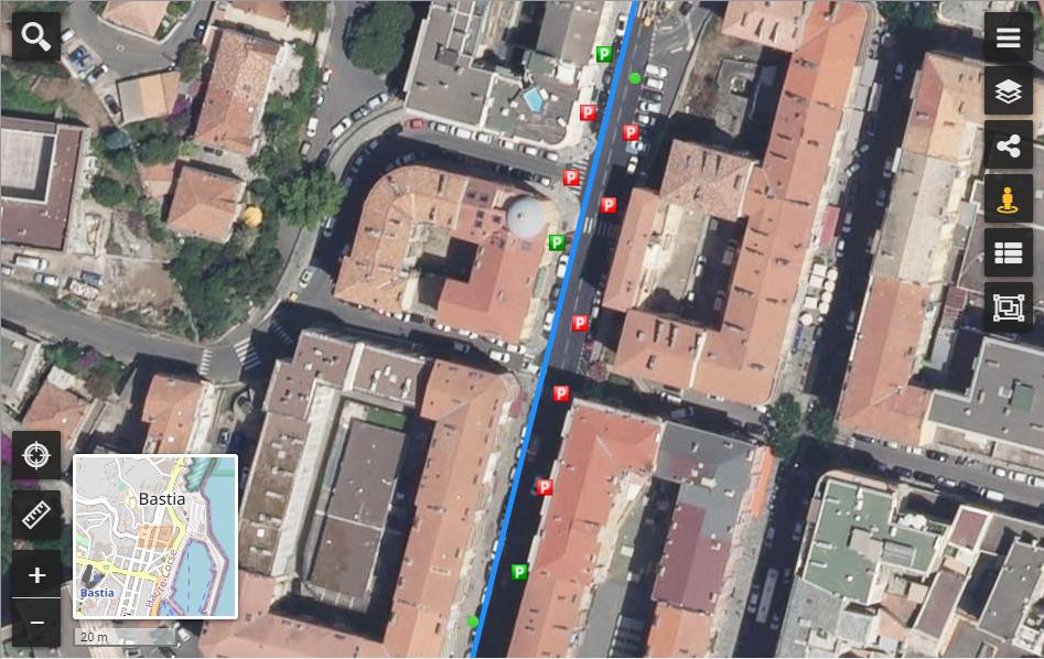 Zoom sur l'état des places de parking dans une rue de la ville de Bastia